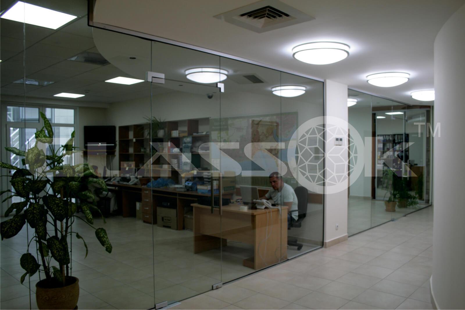 Установка стеклянной перегородки с дверью