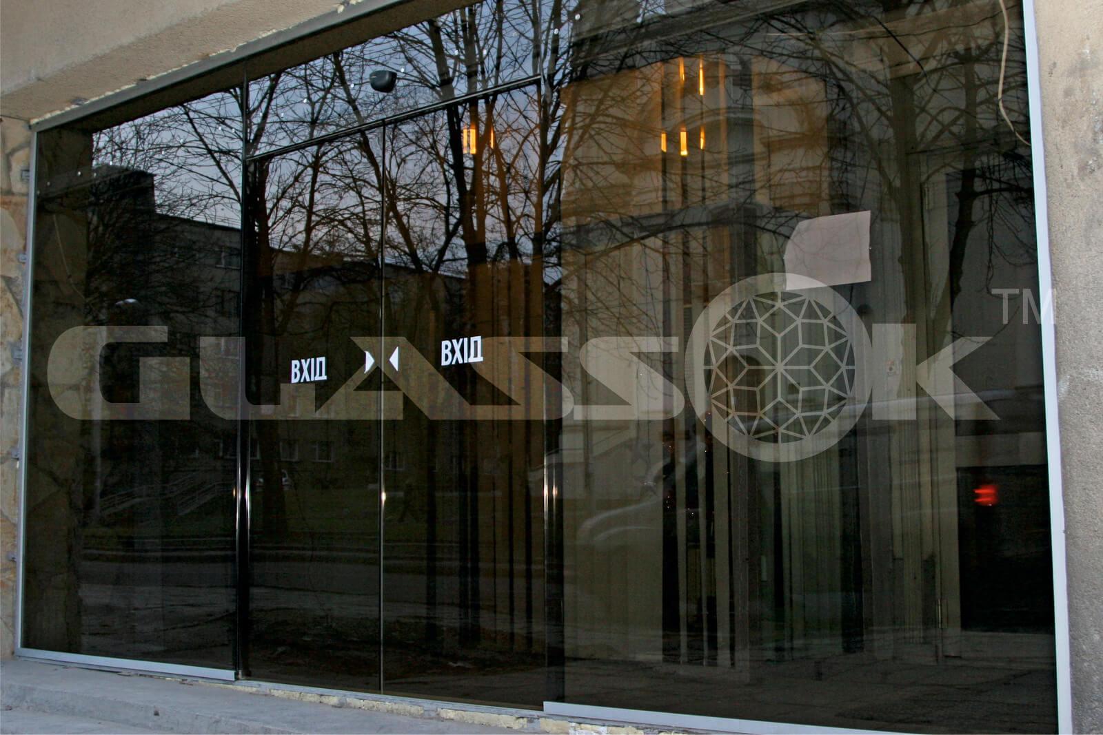 Перегородка с автоматическими стеклянными дверями дизайн